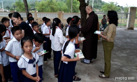Phát quà Trung Thu tại trường tiểu học Tân Hoà, Xuân Sơn, Đồng Xuân, Phú Yên